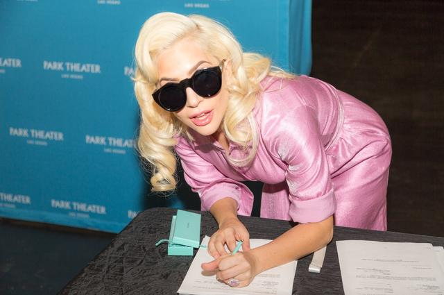 画像: 2017年12月、定期公演に関する契約書にサインする様子の写真を公開したガガ。©Lady Gaga / Twitter twitter.com