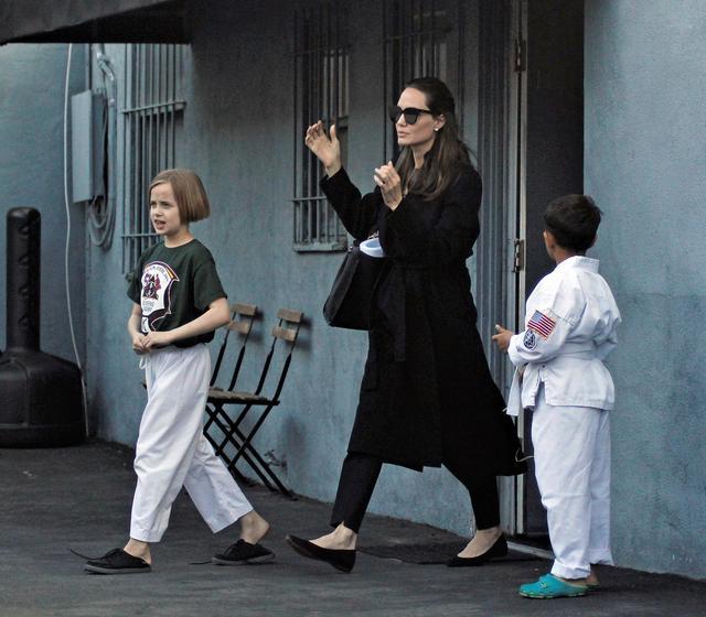 画像: 三女のヴィヴィアンを空手教室に送るアンジェリーナ。