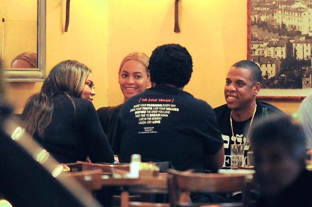 画像: 2015年5月、ビヨンセの母ティナとティナの夫と一緒に食事をするビヨンセとジェイ。