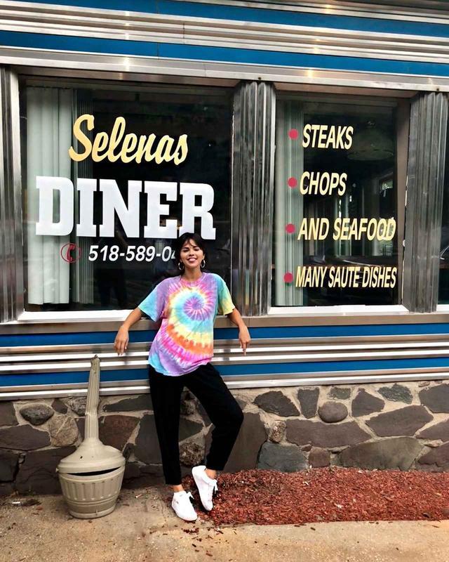 画像: 自分の名前と同じ「セレーナ」という名前のダイナーの前で記念撮影。
