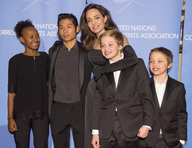 画像: 2017年末、長女のザハラ、次男のパックス、次女のシャイロ、三男のノックスとともにレッドカーペットに登場したアンジェリーナ。