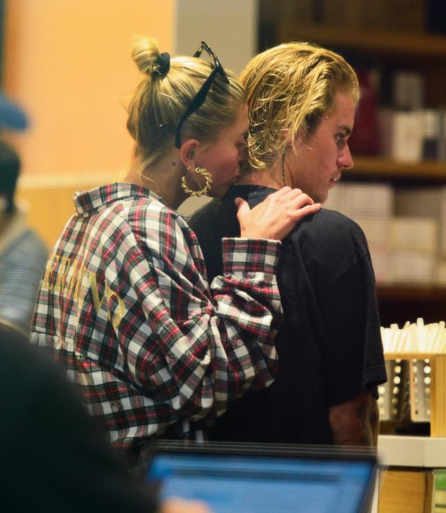 画像: ヘアサロンでの 散髪 前に訪れたカフェで注文待ちの最中にイチャつく2人。