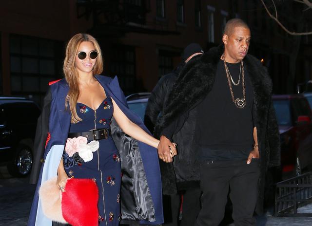 画像: 友人であるカニエ・ウェストのファッションショーを見た後に手をつないで会場を後にするビヨンセとジェイ。