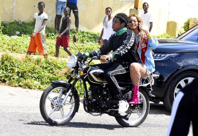 画像: 2度目のジョイントツアーを発表した後、ジャマイカでビデオを撮影するビヨンセとジェイ。