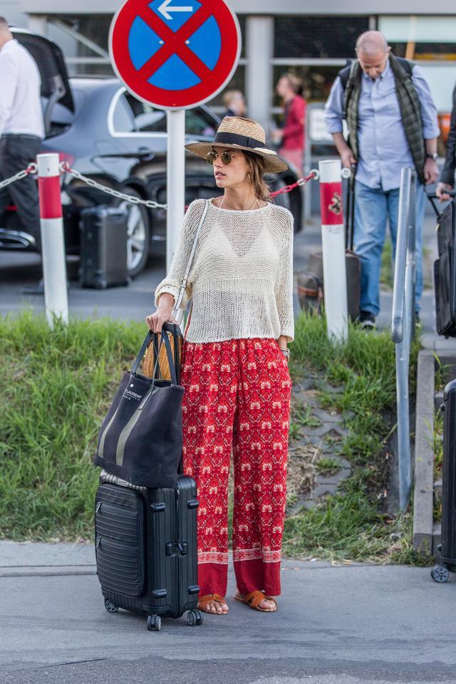 画像: アレッサンドラ・アンブロジオは、リモワのブラックのスーツケースを愛用。ブラックなら、鮮やかなカラーコーデにもうるさくならずに合わせられる。