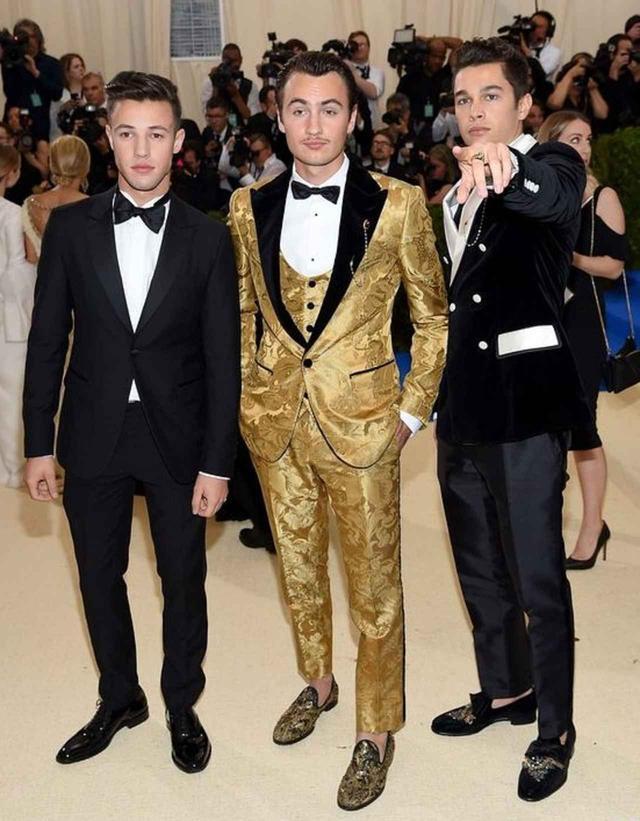 画像: 2017年のMETガラにて。中央は女優のパメラ・アンダーソンとヘヴィメタル・バンド、モトリー・クルーのドラムス、トミー・リーの長男で俳優のブランドン・トーマス・リー。