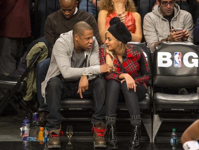 画像: 大好きなNBA観戦中は、2人で顔を寄せ合って話したり、冗談を言って笑ったりする姿がよく目撃される。
