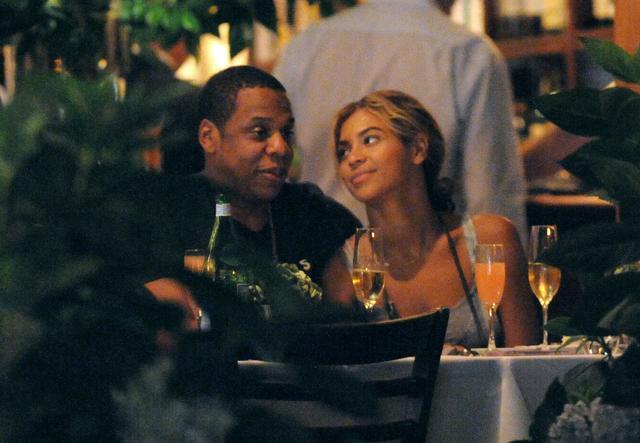 画像: ニューヨークのレストランNelloでディナーデート。ビヨンセはジェイを愛おしそうに見つめたり、彼に寄りかかったり、幸せそうな表情をしきりに見せていた。