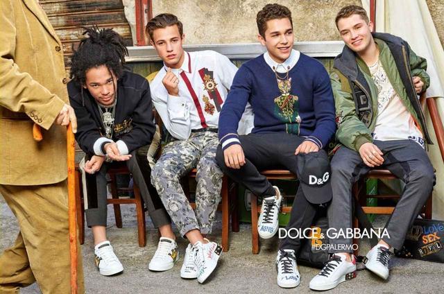 画像: ドルチェ&ガッバーナの2018年秋冬コレクションの広告。左からモデルのルカ・サバト、キャメロン、オースティン、俳優のジュード・ロウの息子でモデルのラファティ・ロウ©Dolce & Gabbana