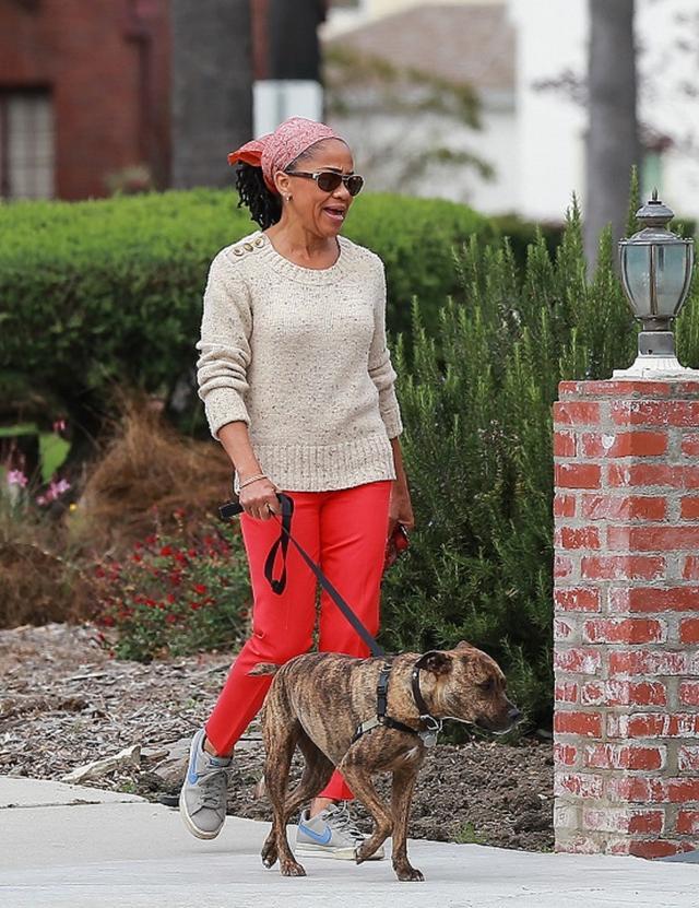 画像: カリフォルニア州にある自宅近所で愛犬を散歩するドーリア。