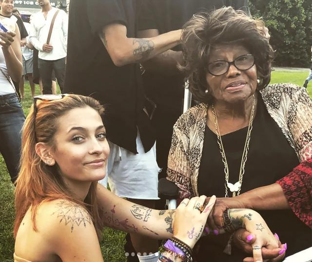 画像: ライブ会場を訪れた祖母キャサリンと。©Paris Jackson / Instagram www.instagram.com