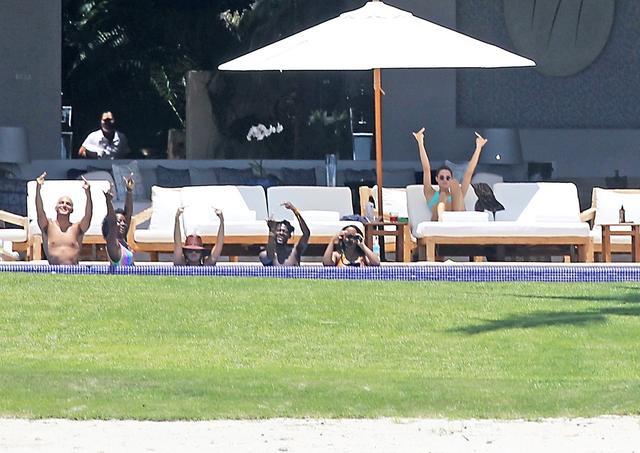 画像: プール内で遊んでいたクロエや仲間たちも合流し、そろって挑発ポーズ!