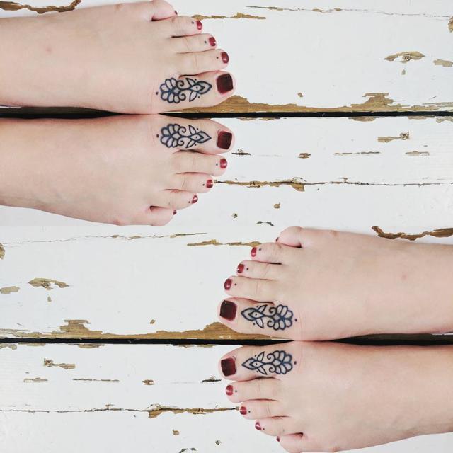"""画像1: Imogen Fox  on Instagram: """"New toes  thank you @onethousandfreckles  #tattoo #toes #blackink #toetattoo #linework"""" www.instagram.com"""