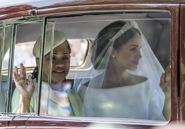 画像: ロイヤル・ウェディングでのメーガン妃と母ドーリア。
