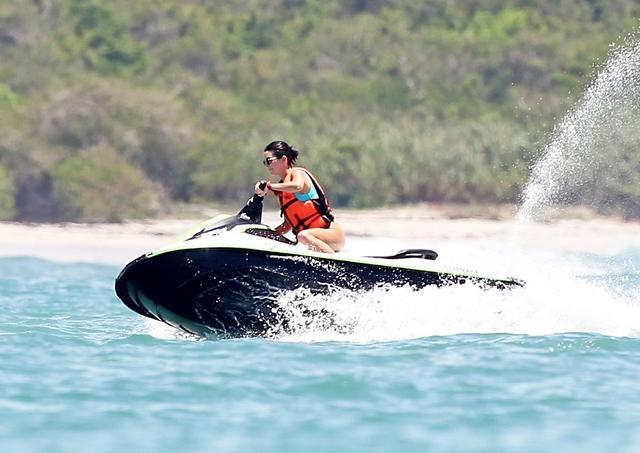 画像: ケンダルがジェットスキーを楽しむ場面も。