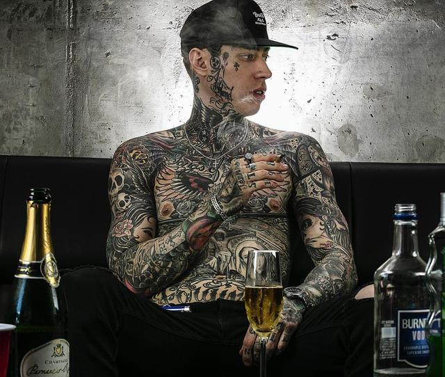 画像1: Trace Cyrus ✟ ✟ ✟さんはInstagramを利用しています:「The day after this picture was taken I decided to get sober.. Today is my 8th day alcohol free! Getting drunk for me wasn't something I…」 www.instagram.com