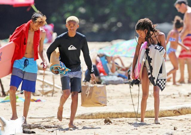 画像5: ウィル・スミスの17歳娘、水着から伸びるスラっとした美脚にうっとり