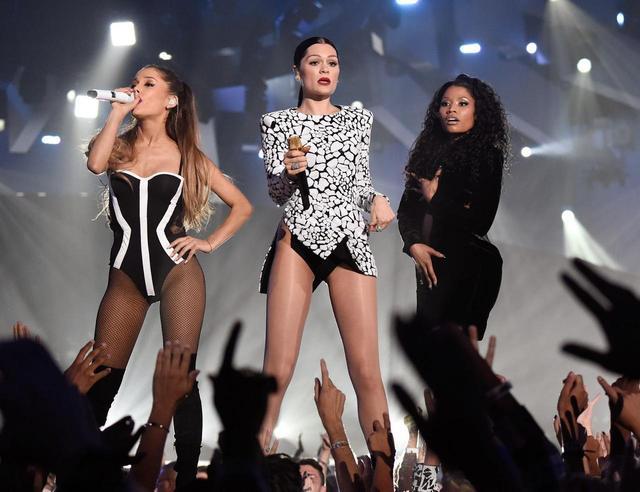 画像: アリアナ・グランデ(左)&ジェシー・J(中央)とコラボした大ヒット曲「バン・バン(Bang Bang)」を披露する際、ドレスのジッパーが上がらなくなるというハプニングに見舞われ、手で服を押さえた状態でパフォーマンスをおこなった。