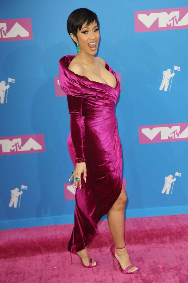 画像1: カーディ・B、出産後初のレッドカーペットは驚きのヘアスタイルで登場【VMA2018】