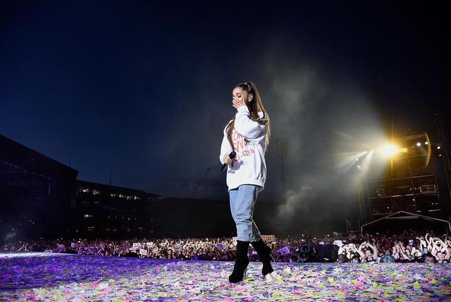 画像: One Love Manchesterで涙するアリアナに、観客は手でハートマークを作って愛をおくった。