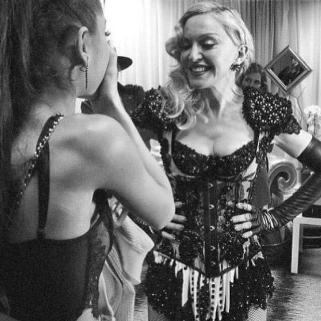 画像: シングルのリリース前に「ありがとうマドンナ…なぜか分かるでしょ」と言ってマドンナとのツーショットをツイートしたアリアナ。ファンが「マドンナとのコラボか⁉」とザワつくなか、コラボMVが公開された。©Ariana Grande/Instagram