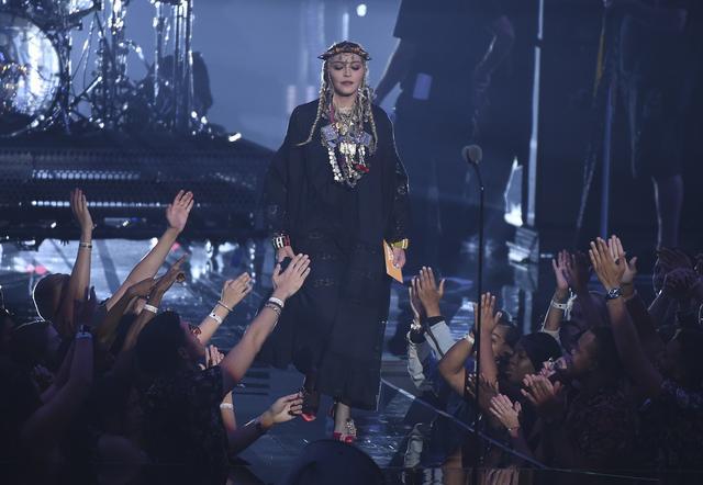 画像: アフリカの民族衣装にインスパイアされた衣装で神々しくステージに登場したマドンナ。