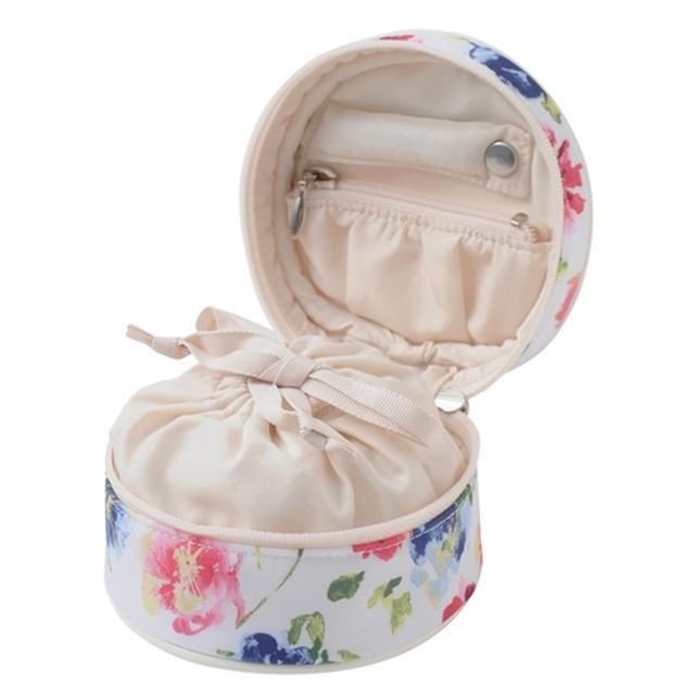 画像: ピアスやイヤリング、指輪、ネックレスなどいろいろな種類のアクセサリーに合った収納スペースがある。 www.francfranc.com