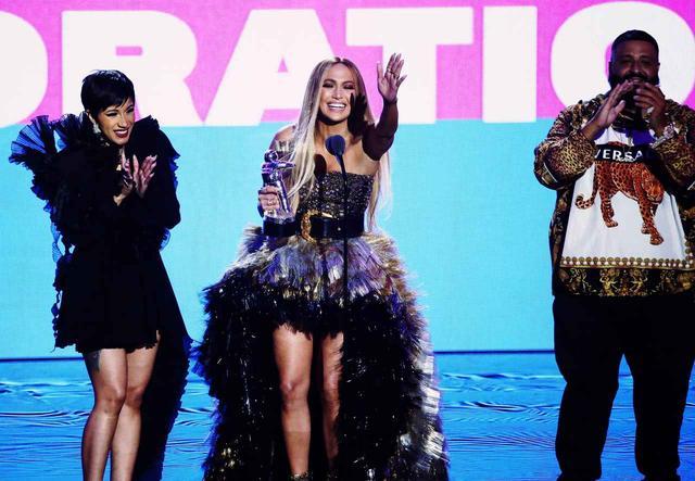 画像: ジェニファーの受賞を祝福するカーディ・BとDJキャレド。