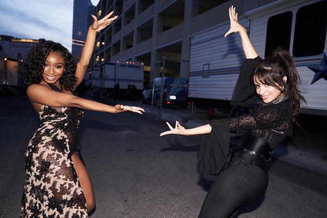 画像: 今年5月、ビルボード・ミュージック・アワードで久々に再会を果たしたノーマニ(左)とカミラ(右)。