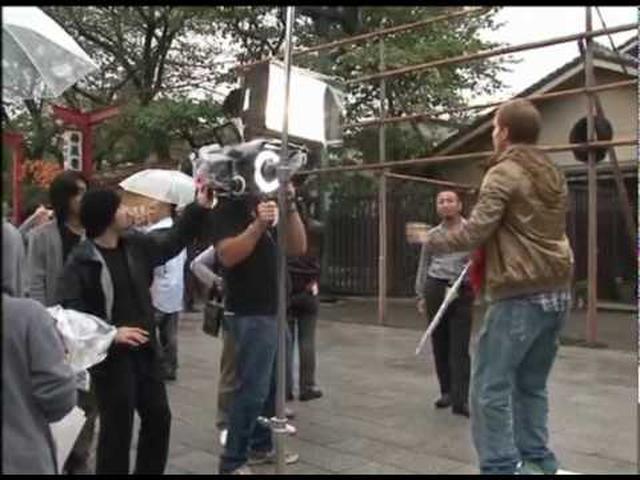 画像: 「ビガー」MVのメイキング映像。 www.youtube.com