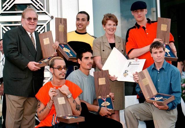 画像: ルー・パールマン(一番左)は後に詐欺罪で逮捕され、メンバーたちに多額の損害を与えた。©BackstreetBoys.com