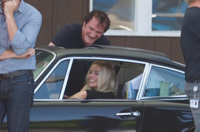 画像: 撮影中に談笑するタランティーノ監督とマーゴット。