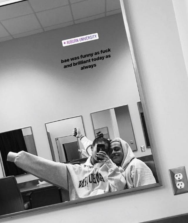 画像: アリアナが公開したピートとの楽屋ツーショット。©Instagram/ Ariana Grande