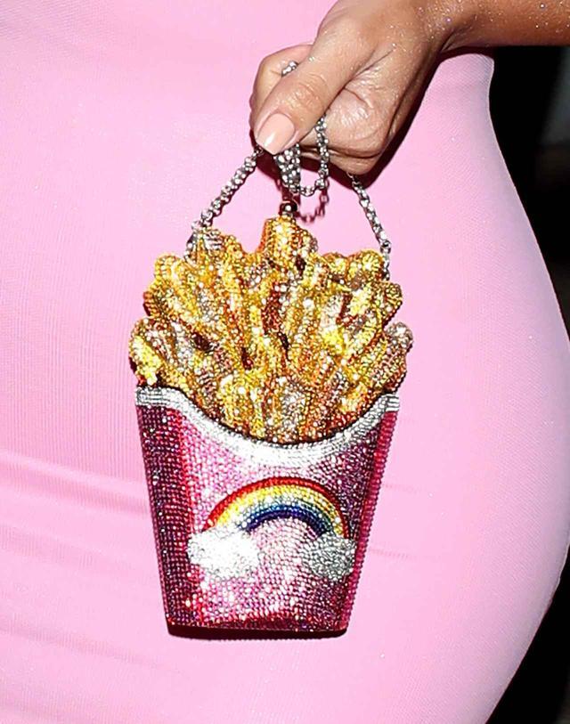 画像2: 年収60億キム・カーダシアン、愛用する「フライドポテト」型バッグの値段が可愛くない