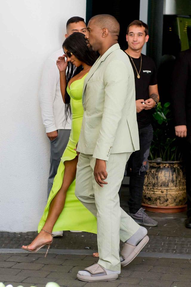 画像2: カニエ・ウェスト、結婚式に参列するときの靴が「カニエ流」すぎる