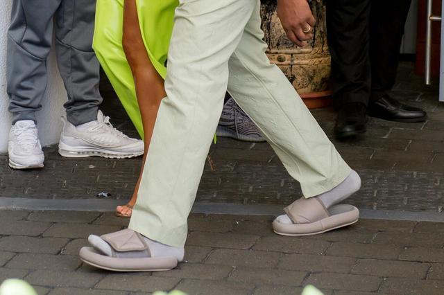 画像3: カニエ・ウェスト、結婚式に参列するときの靴が「カニエ流」すぎる