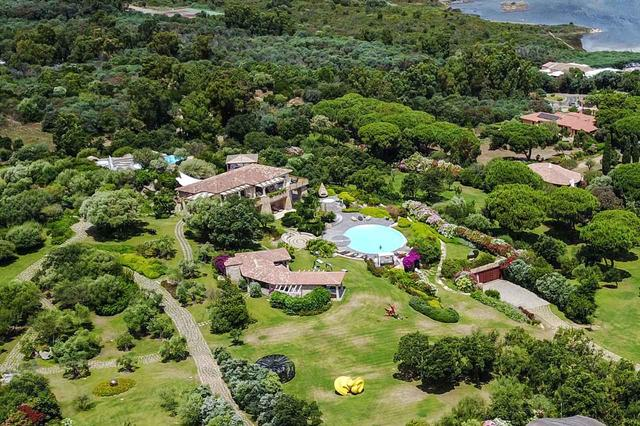 画像: イタリアが誇るリゾート地であるサルデーニャ島にも、大きなプールを囲うように建てられた豪邸を持つジョージ。