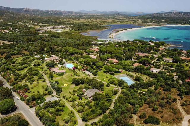 画像: 敷地内には2つのプールとテニスコートがある。近くには高い透明度を誇るステキなビーチが。