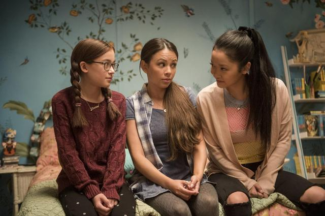 画像: ララ・ジーンの姉妹にはドラマ『プリティ・リトル・ライアーズ』のジャネル・パリッシュ(中央)、ディズニードラマ『ディセンダント2』のアンナ・カスカート(左)がキャスティング。Netflixオリジナル映画『好きだった君へのラブレター』独占配信中