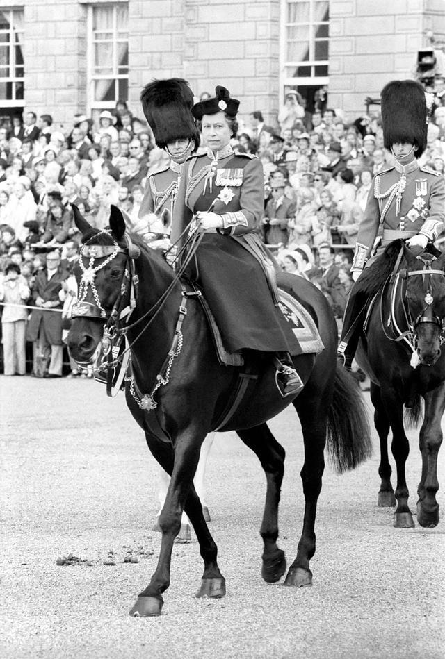 画像: 1977年の軍旗分列行進に馬に乗って登場した若き日のエリザベス女王。