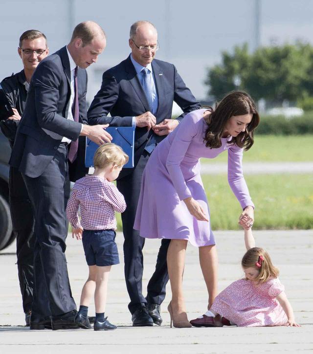 画像: 外交中にプレゼントを取り上げられてぐずるシャーロット王女。