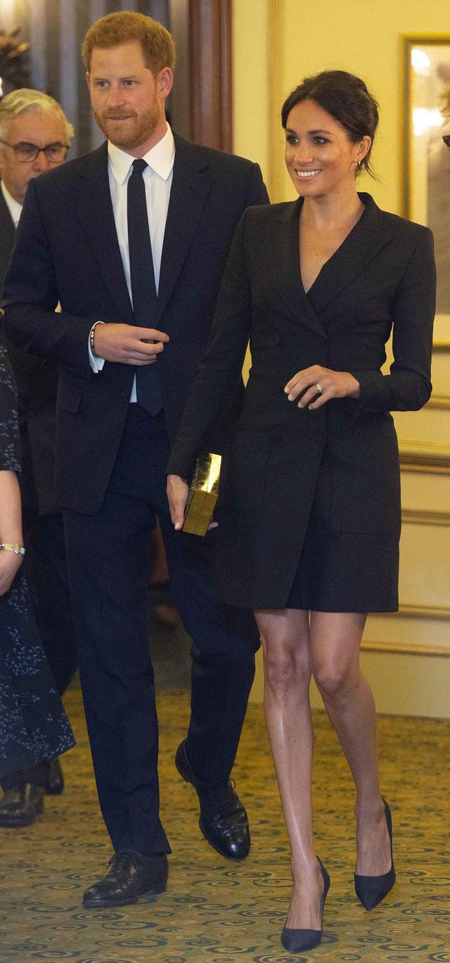 画像1: メーガン妃、ヘンリー王子とのデートは「ジャケット1枚」でセクシーに