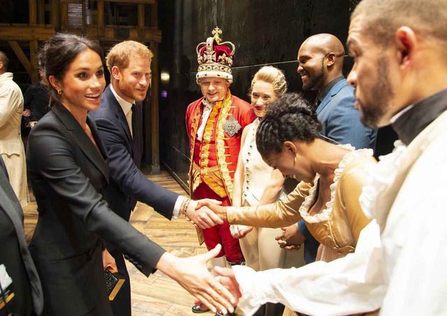 画像3: メーガン妃、ヘンリー王子とのデートは「ジャケット1枚」でセクシーに