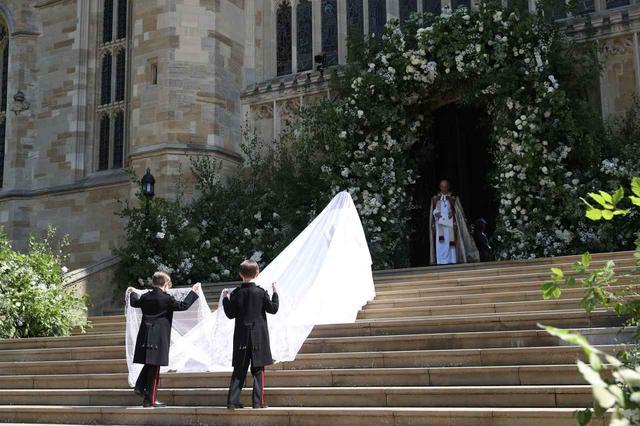 画像: ジェシカの双子の息子がメーガン妃のベールを持つ姿。