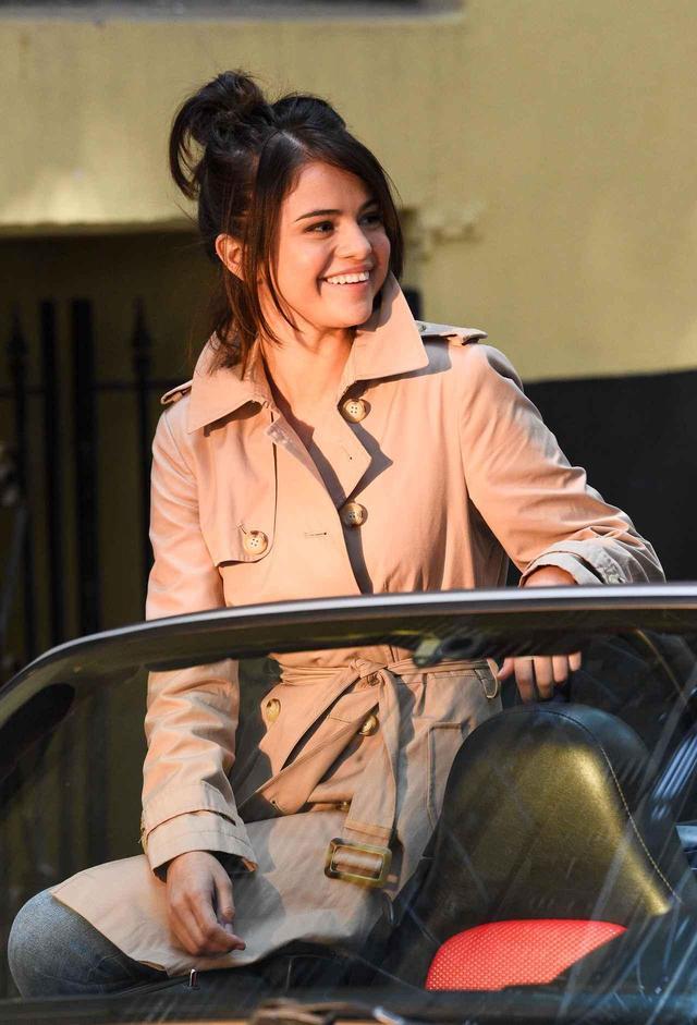 画像: 撮影中のセレーナ。終始笑顔で撮影を楽しんでいた。