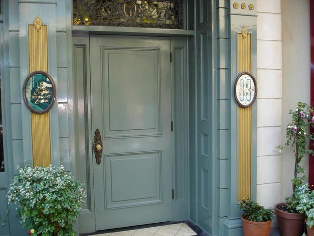 画像: かつてこの「ゴー・アウェイ・グリーン」は、会員以外のゲストは入店することができない、謎多き会員制レストラン「クラブ33」の入り口に使用されていた。