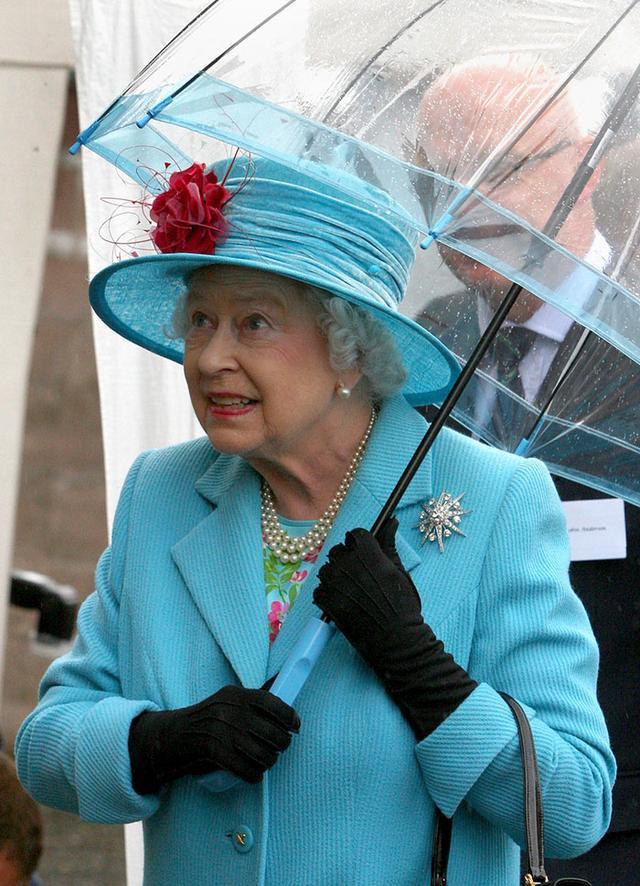 画像3: エリザベス女王の「雨の日コーデ」に欠かせないオシャレすぎるこだわりって?