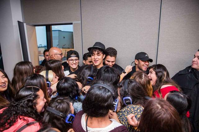 画像: アルバムの視聴会にメンバーが現れると会場は大パニックに。©CNCO/Facebook