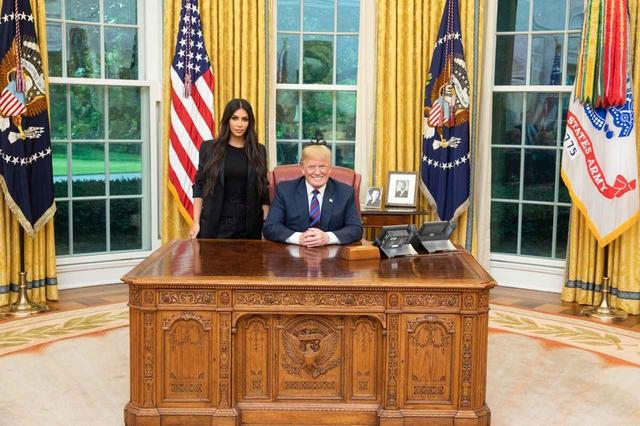 画像: ホワイトハウスでトランプ米大統領と対面したキム。©Donald Trump/Twitter