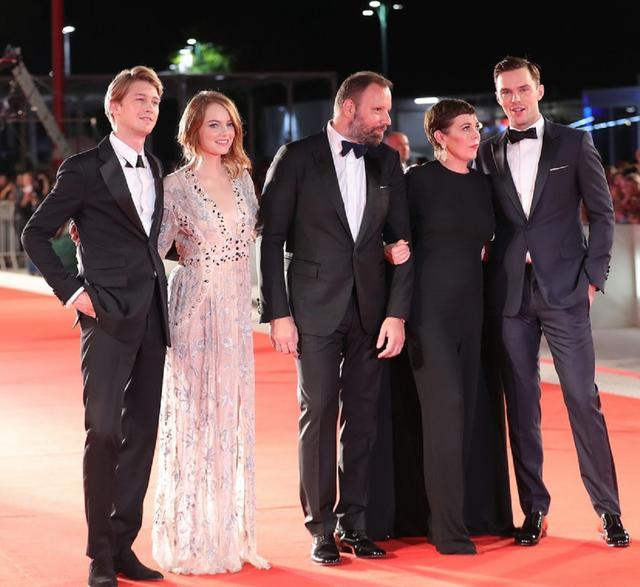 画像: 左からジョー・アルウィン、エマ・ストーン、監督のヨルゴス・ランティモス、オリヴィア・コールマン、ニコラス・ホルト。